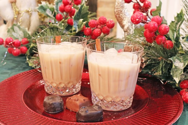 cinnamon roll cocktail a delicious alcoholic drink perfect for bringing in the new year! With flavors of your favorite breakfast packed into a deliciously creamy dessert cocktail.
