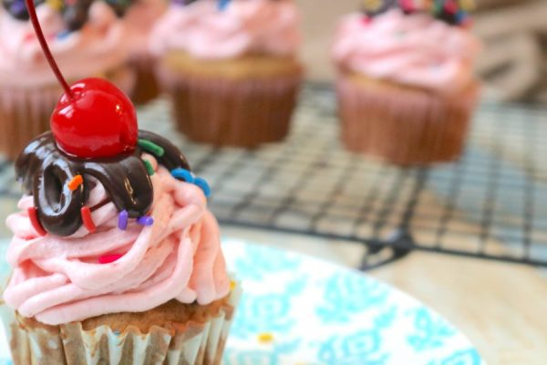 All the delicious toppings of sundae on a banana split cupcakes. A delicious banana cupcake with strawberry frosting and chocolate ganache, whipped cream and cherry. A sundae unlike any other banana split dessert.- Adventuresofb2.com