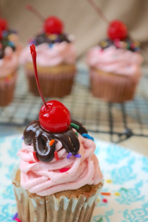 Banana Split Cupcakes: A classic family dessert wrapped into a cupcake! Like a sundae without the ice cream but all the flavor! Banana, strawberry chocolate make up this delicious banana split dessert. - Adventuresofb2.com
