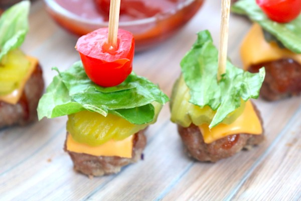 low carb mini cheeseburger bites are bun less burgers that are perfect for serving at parties. They are perfect for people watching their carb or on a keto diet. You'll love snacking on these delicious appetizers as it requires no utensils and so easy to make! - adventuresofb2 #lowcarb #keto #cheeseburger #appetizer #burger #party