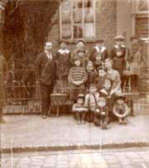 Leraar met leerlingen van het Joodse schooltje in Aalten 1925