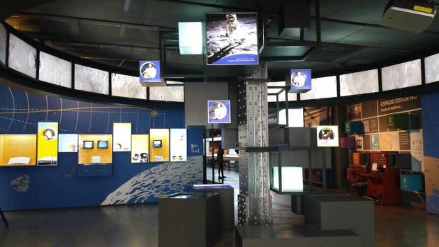 Exposición De Madria a la Luna. Columna central en primer término y muro del fondo a la izquierda.