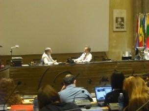 Larry Krumenaker, periodista científico, y Roberto Battiston, presidente de la Agencia Espacial Italiana, en el curso de Erice.