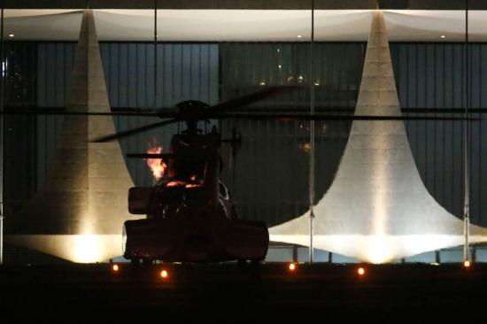 helicoptero presidencial solta labareda de fogo