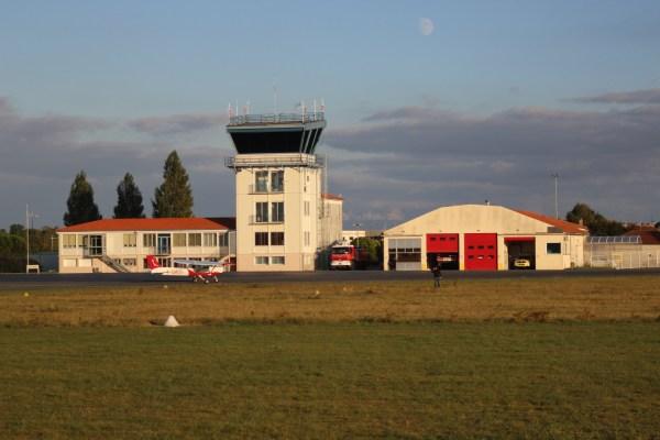 Cessna 152 devant la tour de l'aéroport de poitiers