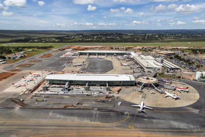Piers do aeroporto em construção, inaugurados em 2014.