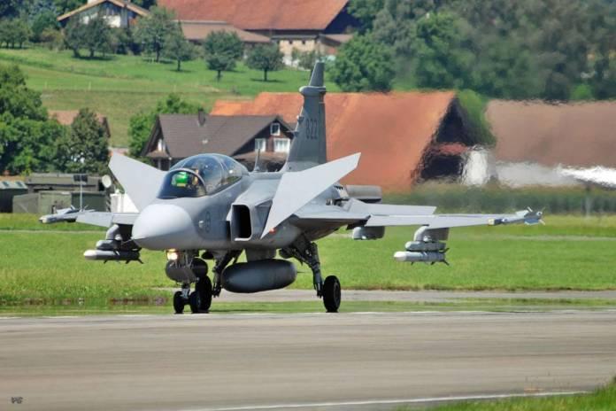 Canards de um SAAB Gripen, aeronave que popularizou essa configuração, em ação.