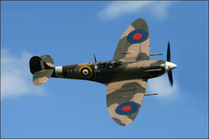 Na oto um Spitfire e sua característica asa elíptica. Observe como o ângulo do bordo de ataque tem ângulo variável de acordo com a posição.