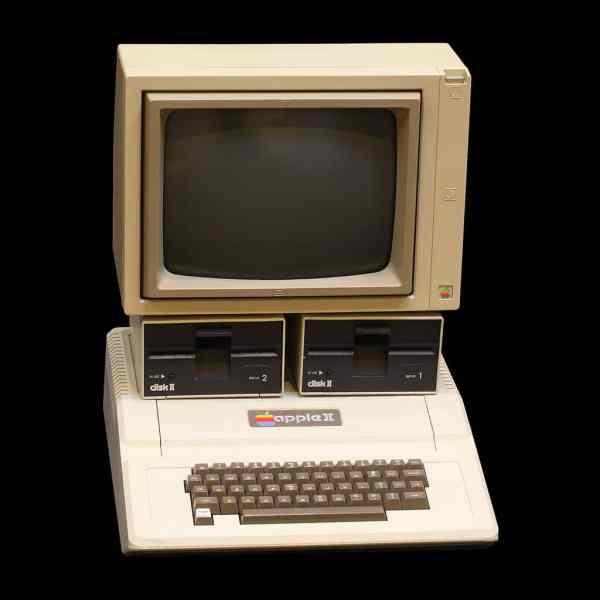 Apple ll da década de 70, movido a processador de 1mhz e pesando cerca de 6kg.