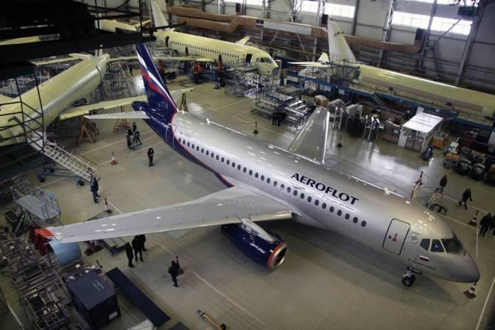 Superjet da Aeroflot pronto em linha de montagem da Sukhoi.