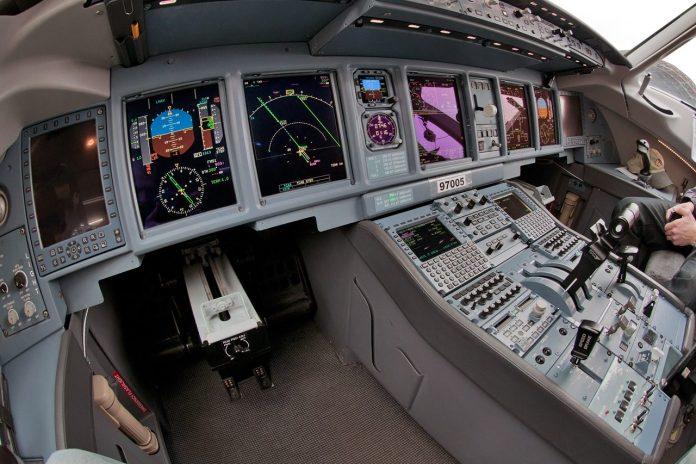 Atuais aviônicos do SJ100, 5 telas e instrumentos reserva.