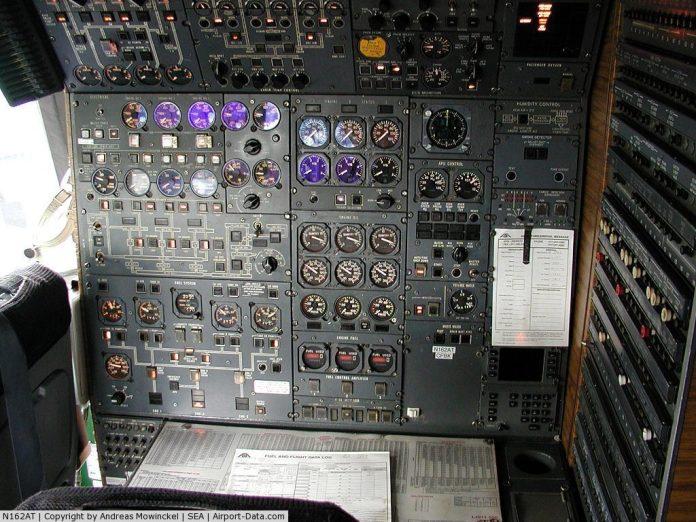 Painel do engenheiro de voo.