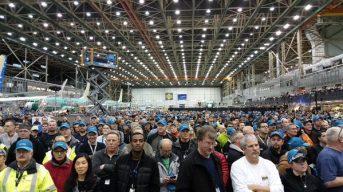 Um grande público com funcionários da Boeing e afiliados acompanhou a apresentação.
