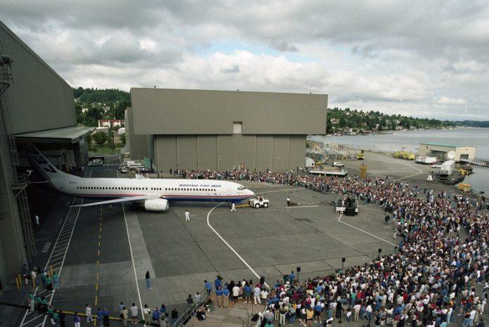 Roll Out do Boeing 737-800NG nas instalações da Boeing em Renton.
