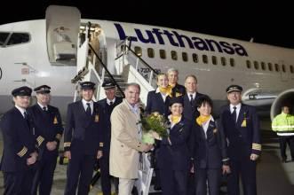 Tripulação com o CEO do Grupo Lufthansa no último voo do 737. Foto - Lufthansa News/Reprodução