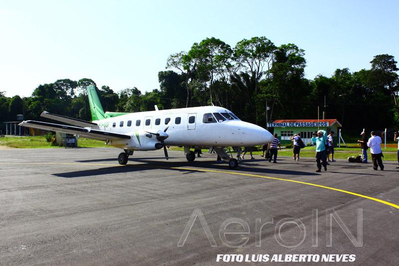 Após o pouso, é aguardada a chegada do funcionário da prefeitura que abre o portão do aeroporto.