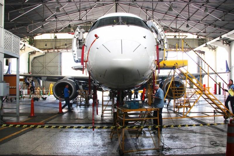 Embraer 190 durante o processo de manutenção doaiframeno hangar 3.