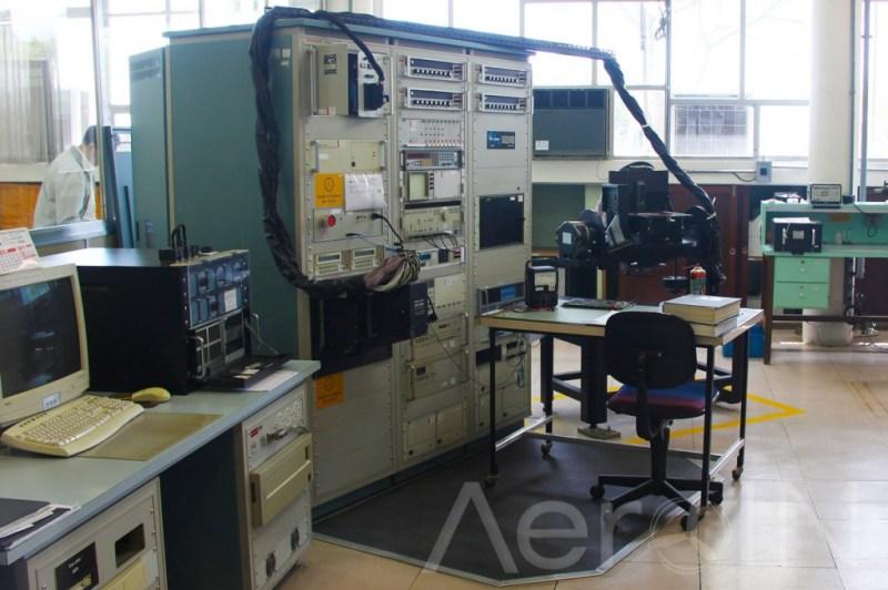 Os testes de leitura das telas EFIS dos mais modernos jatos comerciais e helicópteros são realizados por modernos equipamentos.