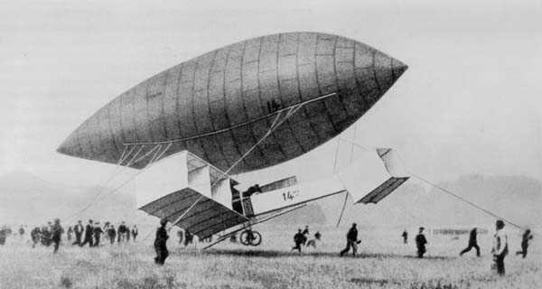 O 14-bis em teste acoplado ao dirigível Nº14.