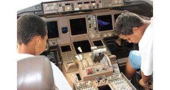 RIOgaleão - Visita de crianças à aeronave pela primeira vez (1)