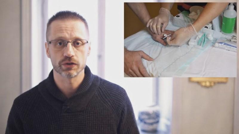Andreas mostra o procedimento de implantação. Imagem: Youtube.