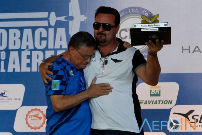 Beto Textor recebe o trofeu de campeão do filho André Textor.
