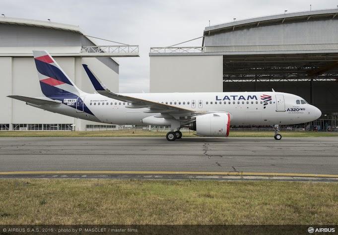 c97657ecdc O primeiro A320neo para o Grupo LATAM Airlines acaba de sair da linha final  de montagem da Airbus, em Toulouse, após a instalação dos motores Pratt ...