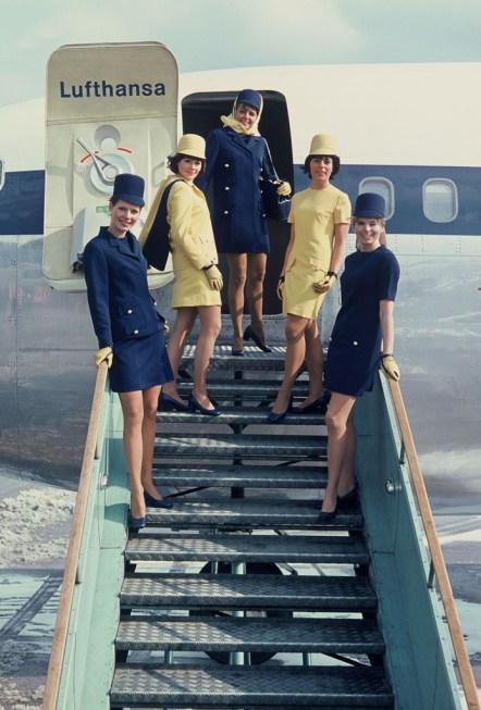 Comissárias posam na escada de acesso ao 737, no Aeroporto de Frankfurt em 1970. Foto: Lufthansa