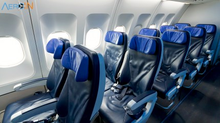 As poltronas de couro com vários níveis de inclinação possuem 74 cm entre os assentos, respeitando o seu espaço individual, e a iluminação é inteligente para suavizar o jetlag.