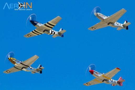 Quatro P-51 Mustangs em formação