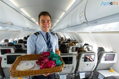 O comissário Ruan Gomes servindo os passageiros.