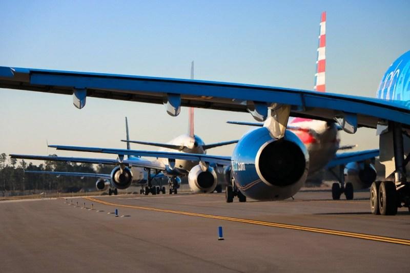 A330 da Azul taxia atrás de Airbus da American em Orlando