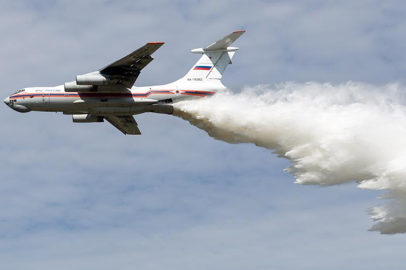 Ilyushin IL-76 faz lançamento de água