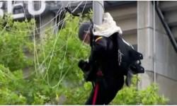 Paraquedista Pozo pendurado poste bandeira Espanha