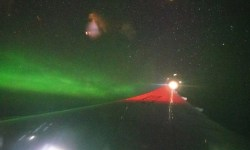 Passageiro fotografa aurora boreal janela avião