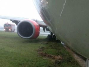 O piloto deixa o Boeing 737 sair da pista e o jato fica preso após o pouso