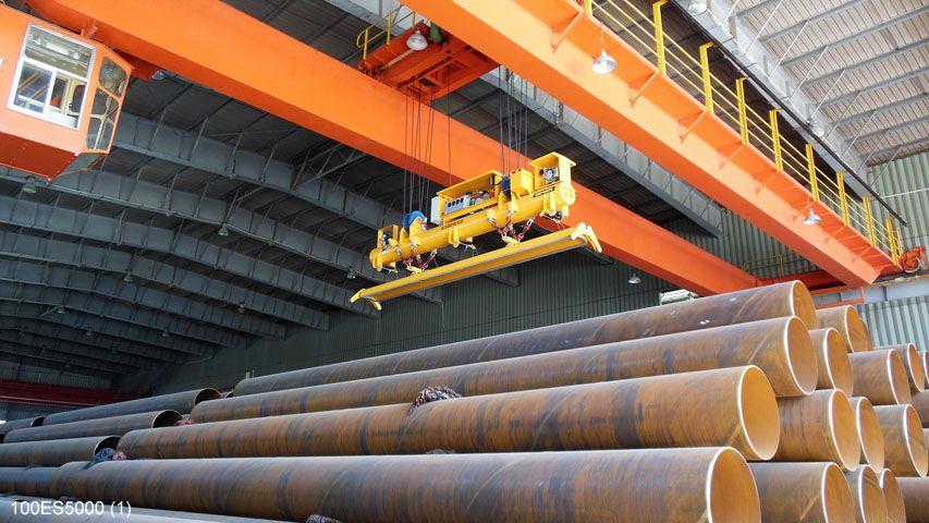 In China wordt dit vacuüm heftoestel van Aerolift gebruikt in een buizenfabriek