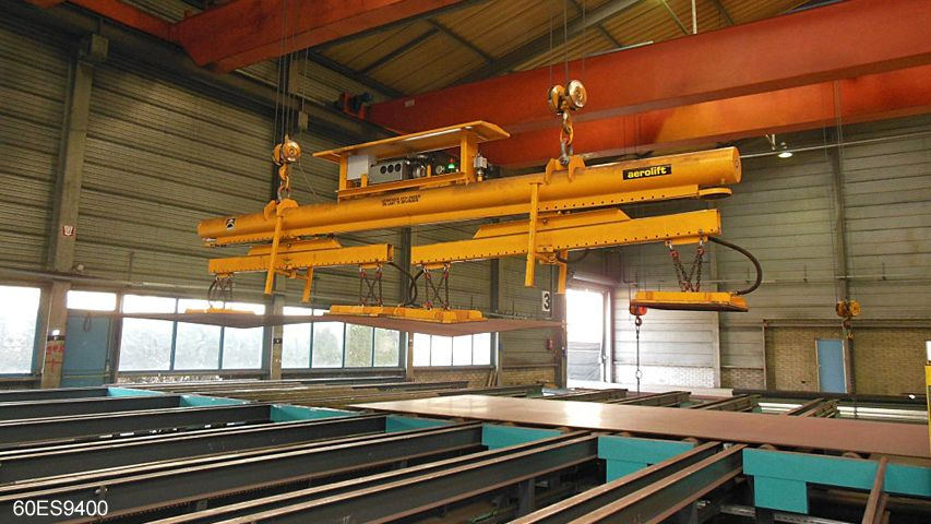 Vacuum lifter of Aerolift to handle steel plates of different lengths