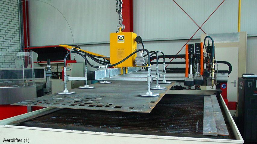 Een vacuüm heftoestel van Aerolift voor het interne transport naar en van een automatische snijtafel