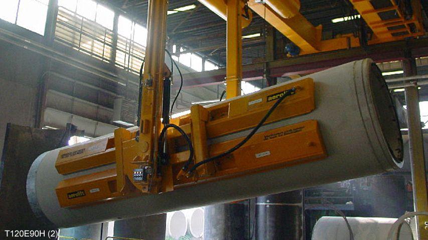 Een vacuüm heftoestel van Aerolift die betonnen buizen handled die zojuist zijn ontkist