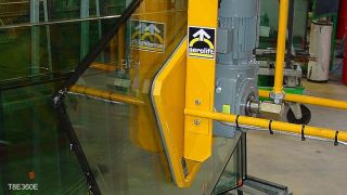 This vacuum lifter can rotate, tilt forward and tilt backward, so glass plates can be positioned on a transport frame