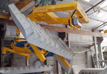 Vacuum lifter of Aerolift which demould and turn staircases 180 degrees in one movement