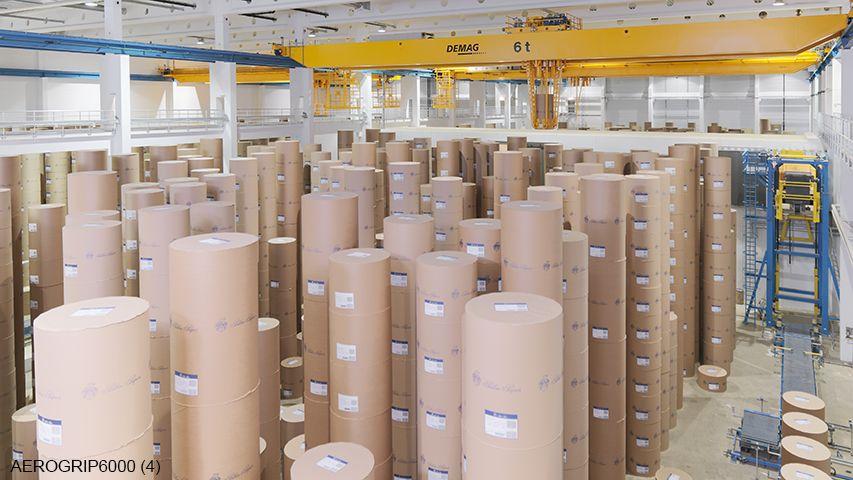 Deze door Aerolift ontwikkelde papiergrijper is electro hydraulisch aangedreven en is in staat om tot wel vijf papierrollen tegelijk te handlen
