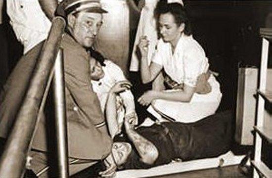 Una de las víctimas del accidente en el Empire State Building, recibiendo asistencia.