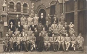 Album : 1950 1950 B Rhétorique A 1949-1950. Titulaire :Père Goreux sj De haut en bas et de gauche à droite : 1er rang : Goffart, Van de Putte, Van De Keere, Bennert, Van Nuffel, De Vuyst, Salkin, Masson 2e rang : Gilbert, Crucq, Guilmot, Van Waes, P.Depiesse, Rousselle, Cazin d'Honincthun, d'Aubreby, Dehem, Pirlot 3e rang : Lecleir, Lechat, Martin, van den Branden, Duponchelle, Haerten, Hernalsteens, Geuens, Jadoul, Delaere 4e rang : VanKerm, Wibin, Leclercq, Anciaux, Dusausoit, RP Goreux sj, Lurquin, Hautmont, Trop, Gilmont, van Ypersele, Blanjean