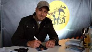 Ердоган Аталай подписва автографи