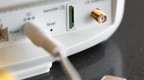 Netgear - Router Orbi Tri-Band con 4G LTE