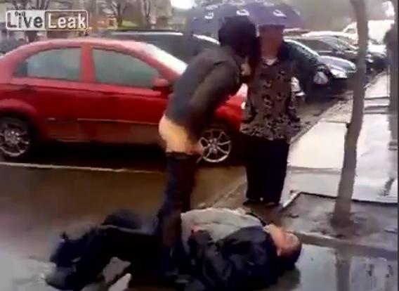 Un Couple Fait Lamour Sur Le Trottoir Adg