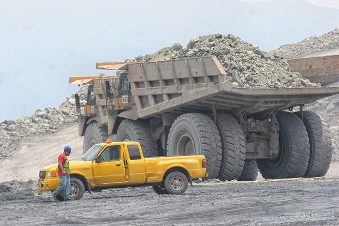 mina pena colorada camion 00 696x464 - Vuelve a caer la producción minera en Colima, 28.2% en octubre