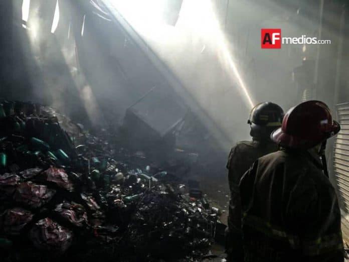 AFmedios Incendio bodega aurrera en Tecomán 11 696x522 - Incendio de Bodega Aurrera en Tecomán deja solo daños materiales
